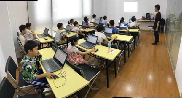 图片包含 室内, 地板, 笔记本电脑, 墙壁  描述已自动生成