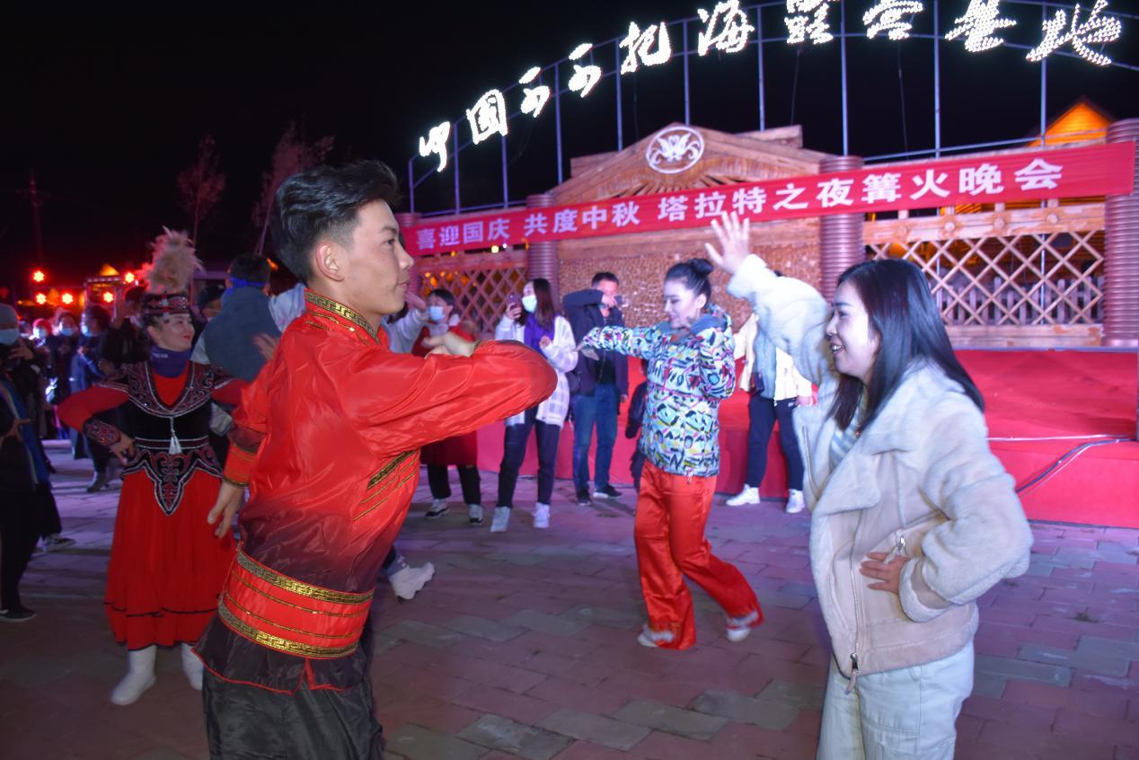 """塔拉特村:民俗文化庆""""双节"""" 乡村旅游铺就百姓致富路"""