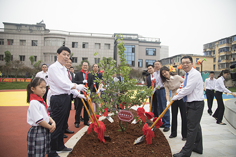 2.领导代表,与蔡冠深主席一起种下代表热爱江西热土的慈善友谊之树