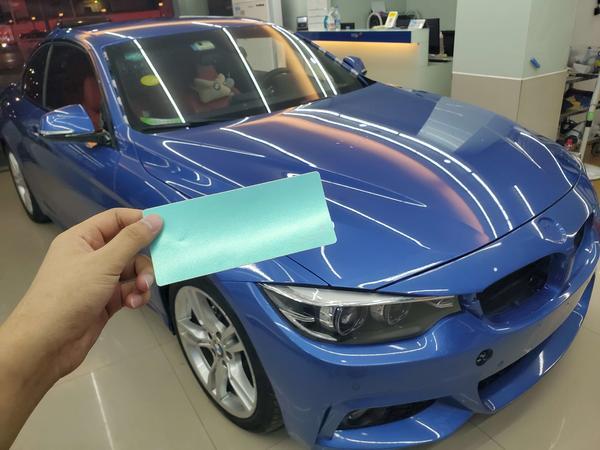 美女的宝马425i改色世界上最浪漫的颜色:蒂芙尼蓝