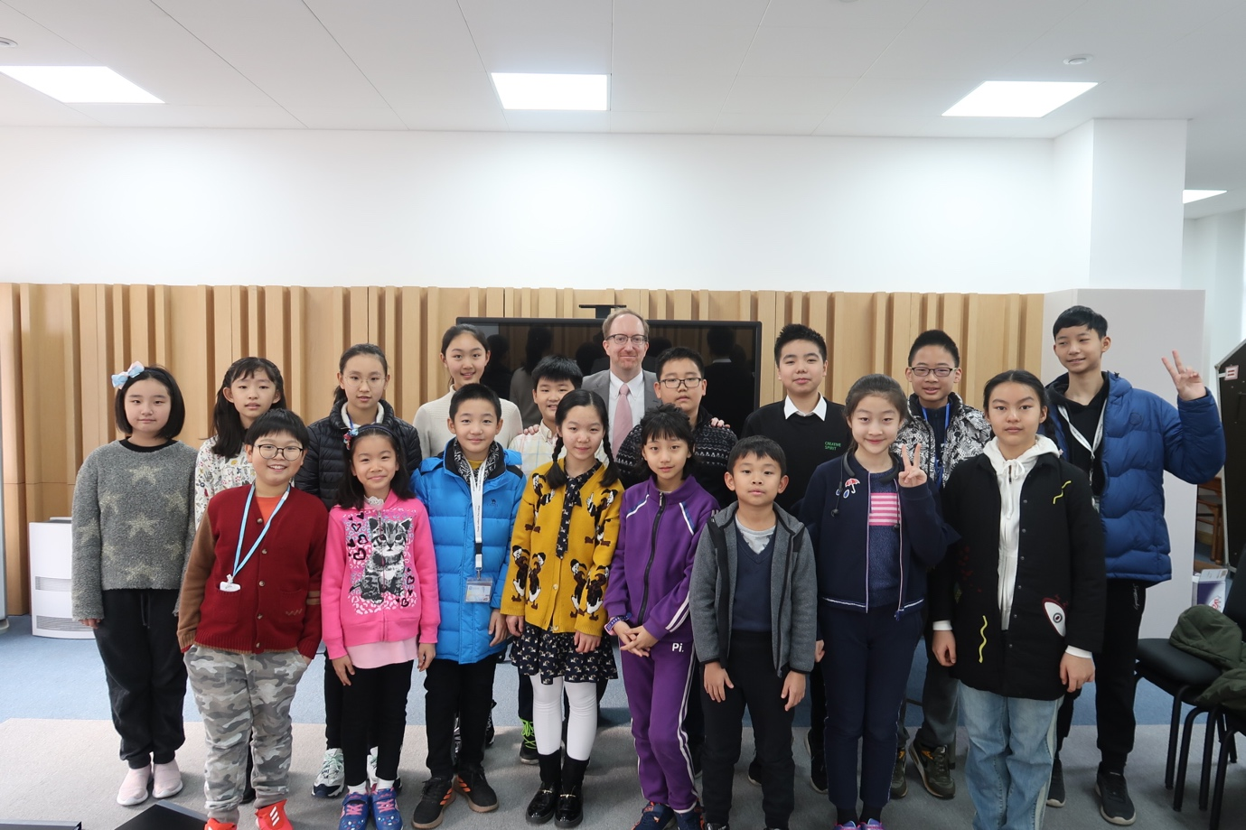 Robert Ross with Tianjin Juilliard Pre-College students in Tianjin, China. Photo credit: Sophie Zhang