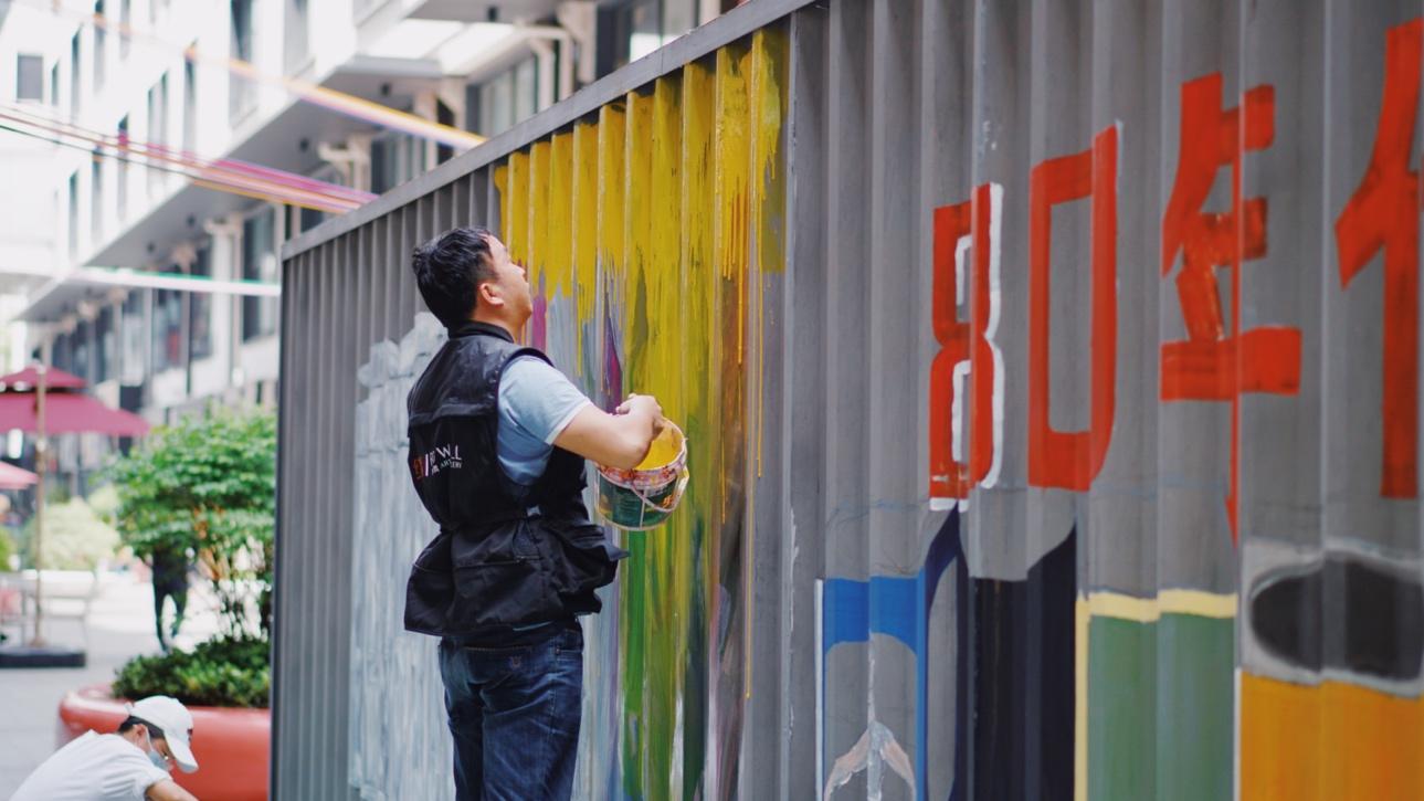 穿着蓝色衣服的男人在街道边走 低可信度描述已自动生成